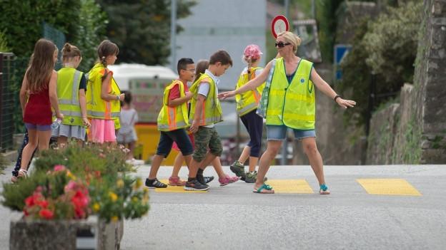 Kinder laufen über die Strasse
