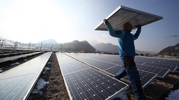 Eine Photovoltaik-Anlage auf einem Hausdach.