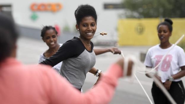 Eine schwarze Frau beim Spielen.