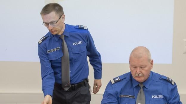 Zwei Männer in blauer Uniform