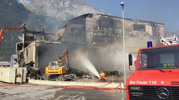 Grossbrand einer Lager- und Sporthalle.