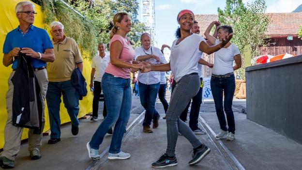 Menschen tanzen an der Uri 18 auf der Strasse