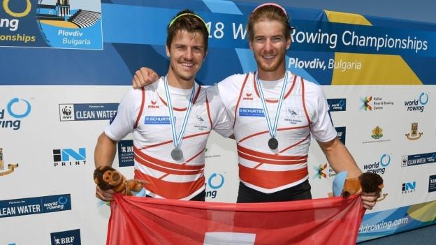 Roman Röösli und Barnabé Delarze mit ihrer Medaille.