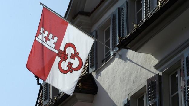 Eine rot-weisse Fahne mit einem Schlüssel.