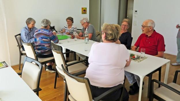 Möglichst lange selbständig leben: Seniorinnen bei einer Jassrunde in der Überbauung Neuhushof in Littau, die auf die Bedürfnisse von älteren Bewohnerinnen und Bewohnern ausgerichtet ist.
