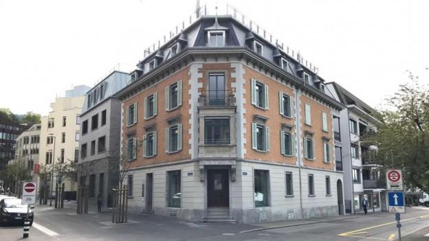 Ein altes Gebäude in der Stadt Zug.
