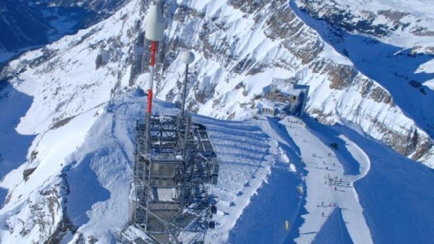 Blick auf den Richtstrahlturm und die Bergstation auf dem Titlis.