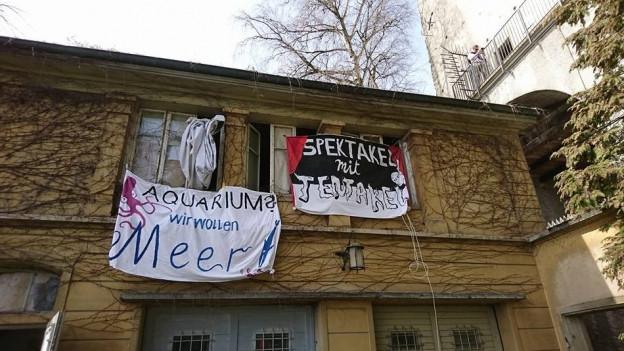Ansicht eines alten Gebäudes mit Plakaten