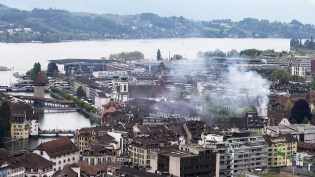 Luzerner Altstadt in der Bildmitte steigt Rauch auf.