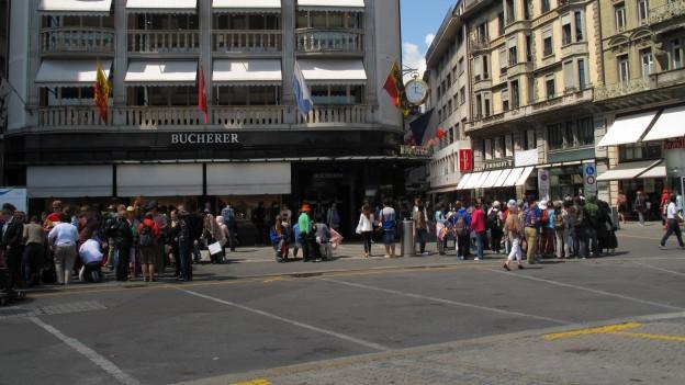 Touristen stehen vor Geschäften beim Schwanenplatz Luzern.