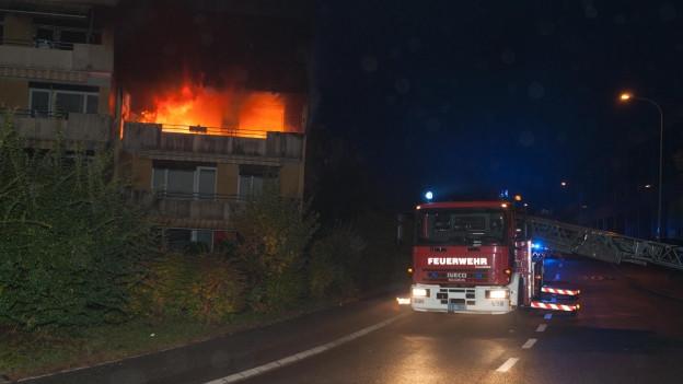 Als die Feuerwehr eintraf, stand die Wohnung bereits im Vollbrand.