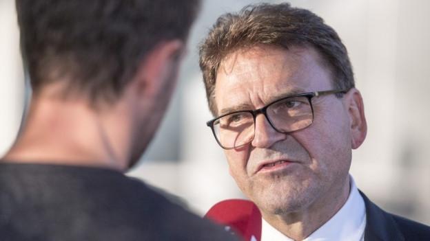 Der Zuger Regierungsrat Beat Villiger im Interview mit einem Journalisten.