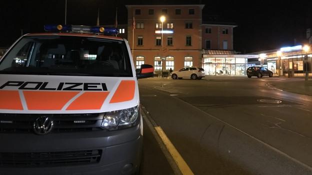 Ein Polizeiauto vor dem Bahnhof Arth-Goldau