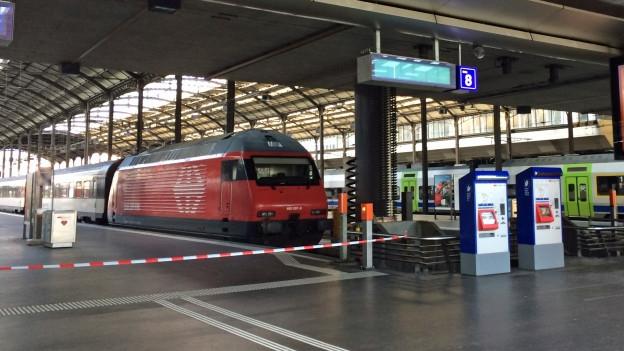 Ein Zug im leeren Bahnhof. Das Perron ist gesperrt.