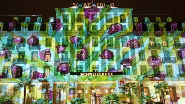 Die Fassade des Hotels Schweizerhof als Projektionsfläche einer Lichtinstallation.