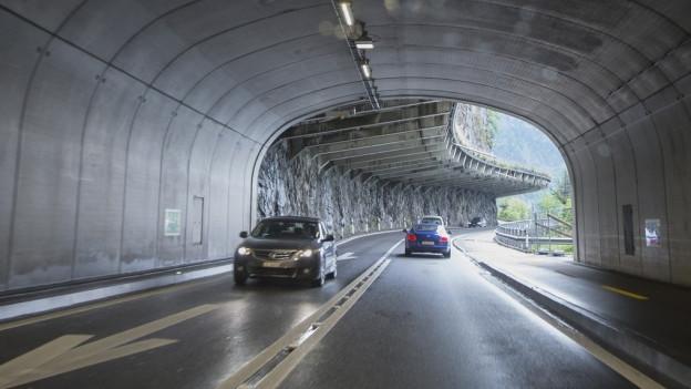 Autos fahren durch einen Autotunnel