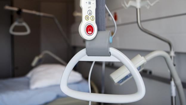 Notrufknopf über einem Spitalbett