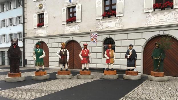 Zur Begrüssung der schwäbischen Narren stehen Holzskulpturen der Willisauer Fasnachtsfiguren bereit.