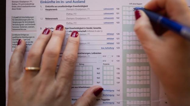 Hand auf Steuerformular