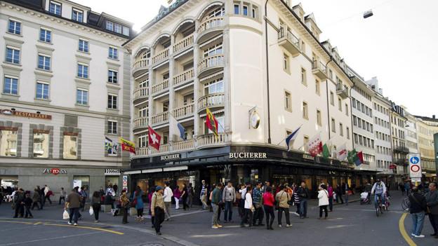 Touristen beim shoppen am Schwanenplatz in der Stadt Luzern.