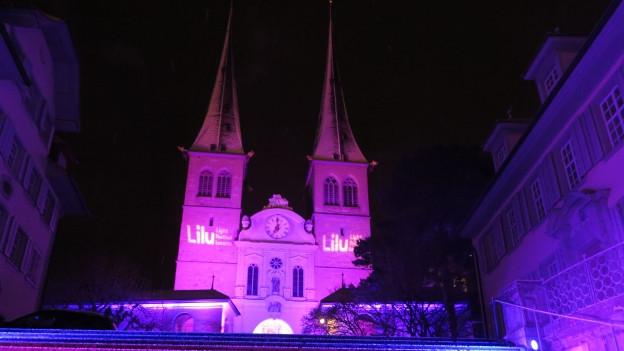 Die angestrahlte Fassade der Hofkirche.