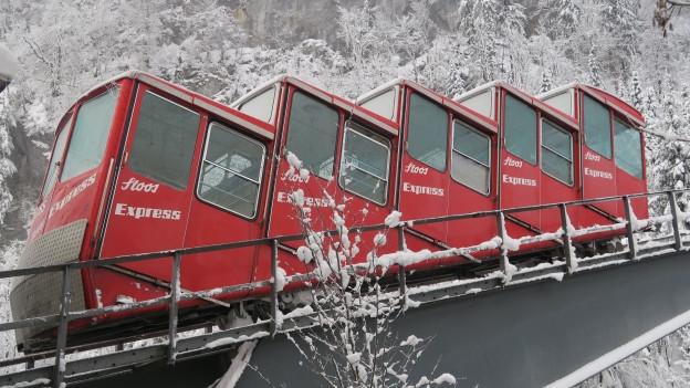 Eine ausgediente Bahn als Gartenschmuck? Kein Problem, die alte Stoosbahn ist günstig zu haben.