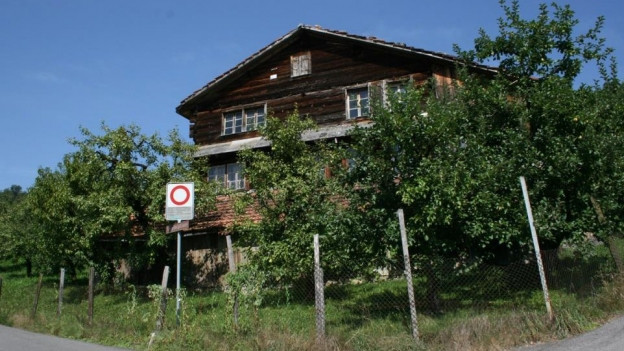 Blick auf ein historisches Holzhaus im Kanton Schwyz