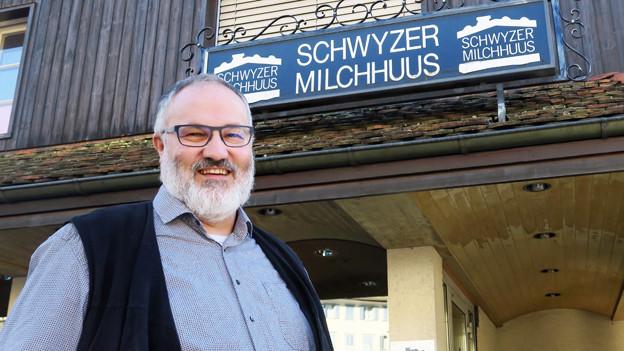 Erich Reichmuth vor dem Schwyzer Milchhuus.