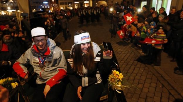 Corinne Suter und Thomas Pfyl sitzen auf einer Kutsche