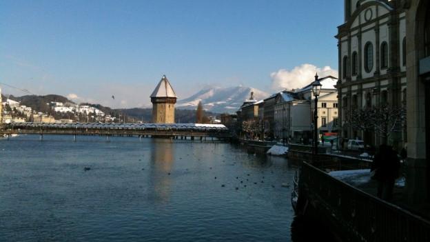Blick über die Reuss zur Kappellbrücke in Luzern.