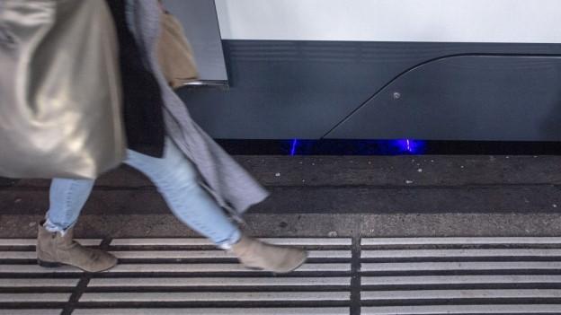 Mit Lasern werden Geleise fortlaufend vermessen.