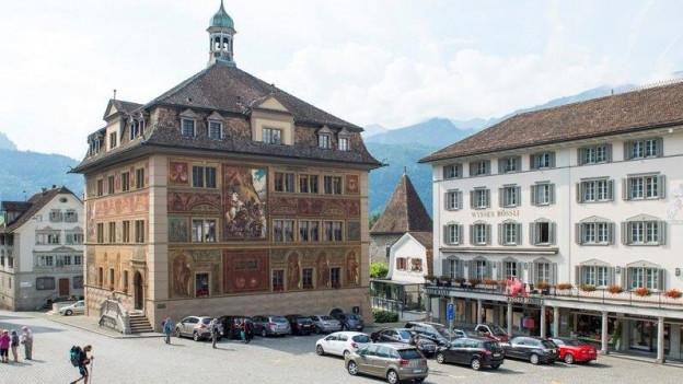 Über die Steuersenkung entscheidet das Schwyzer Kantonsparlament im Rathaus.Über die Steuersenkung entscheidet das Schwyzer Kantonsparlament im Rathaus.