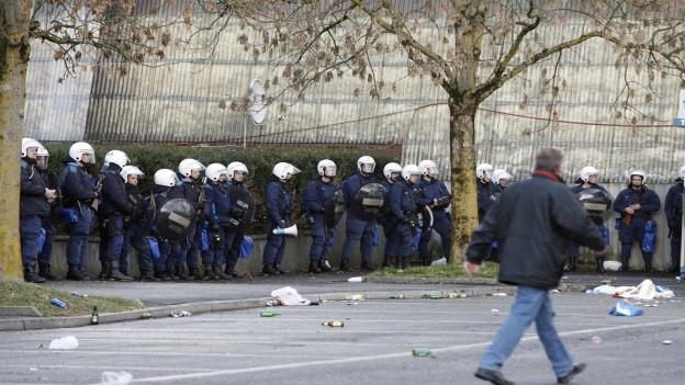 Einsatzkräfte der Luzerner Polizei vor einem Fussballspiel.