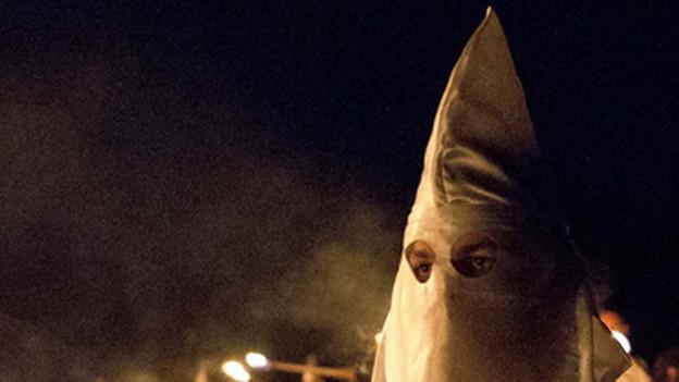 Fasnächtler im Ku-Klux-Klan-Kostüm in Schwyz.