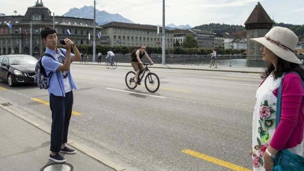Zwei Touristen auf der Seebrücke in Luzern