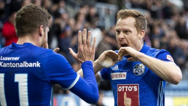 Freude bei den beiden FCL-Spielern Pascal Schürpf und Christian Schwegler über das gute Resultat.