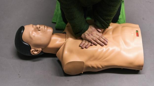 Herzmassage an einer Puppe