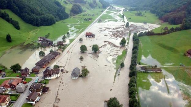Solche Katastrophen soll das Hochwasserschutzprojekt Buoholzbach verhindern: Überschwemmungen im Engelbergertal im Sommer 2005.