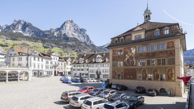 Hauptplatz in Schwyz: Das Parlament senkt die Motorfahrzeugsteuer