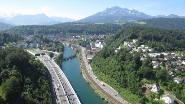 Die Situation heute - die Stützmauer neben der Kantonsstrasse wird neu gebaut.