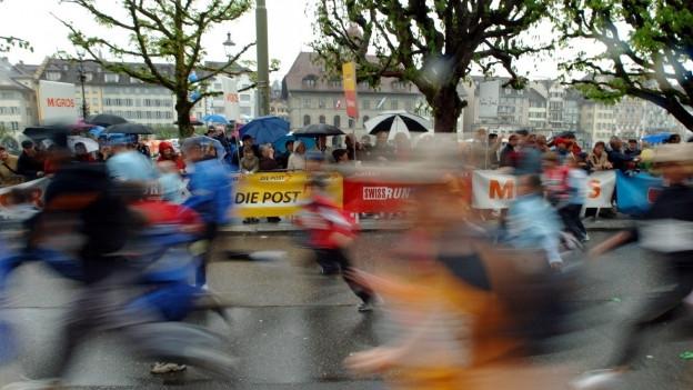 Tausende Läuferinnen und Läufer trotzden dem schlechten Wetter.