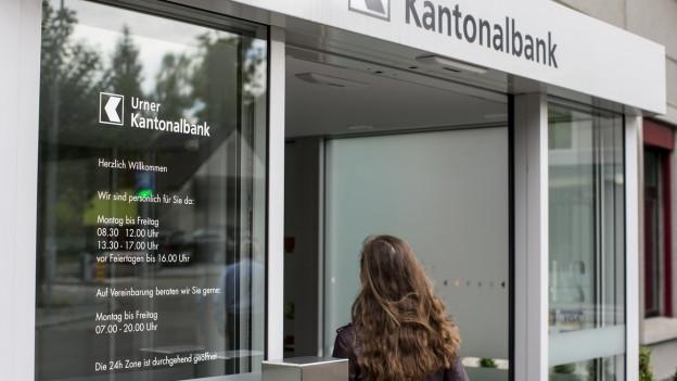 Frau läuft in die Urner Kantonalbank