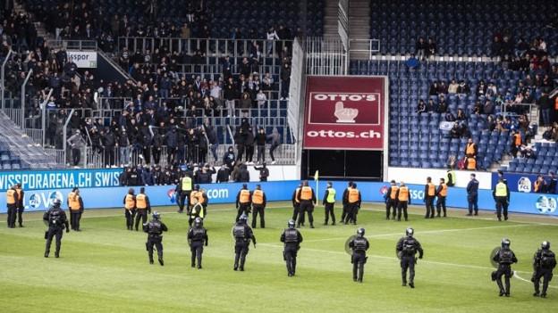 Luzerner Polizisten in Vollmontur auf der Luzerner Allmend.