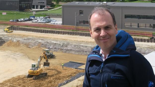 Roland Brack vor der Competec-Baustelle in Willisau.