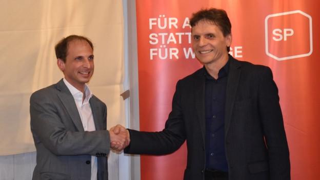 Parteipräsident Andreas Marty (rechts) gratuliert Michael Fuchs zur Nomination.