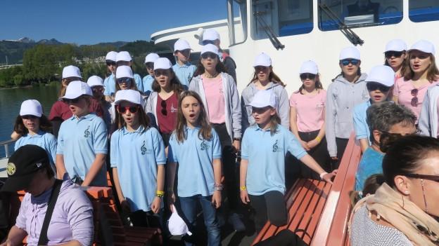 In der ganzen Stadt Luzern - und sogar auf dem Schiff - sind junge Sängerinnen und Sänger zu hören. Hier die Kinder der Juventus Singer Beromünster.