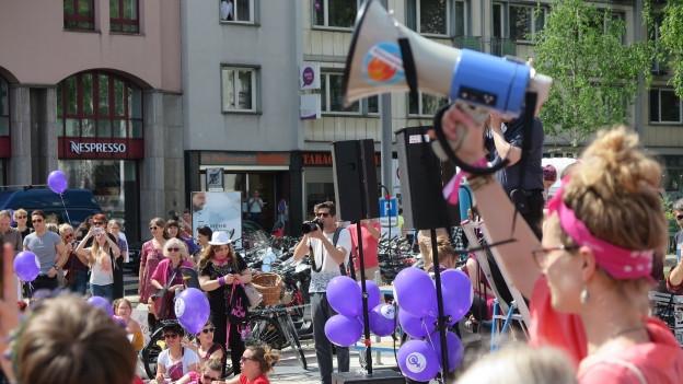 Violette Stimmung auf dem Luzerner Theaterplatz.