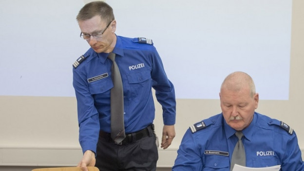 Zwei Männer in blauer Polizeiuniform.