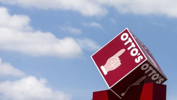 Der aufgestreckte Zeigefinger auf rotem Grund ist schweizweit ein Begriff: Otto's-Firmenlogo auf dem Dach einer Filiale des Discounters.