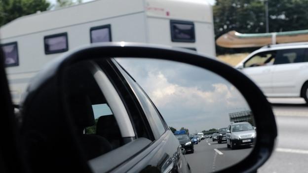 Rückspiegel mit Blick auf gestauten Verkehr